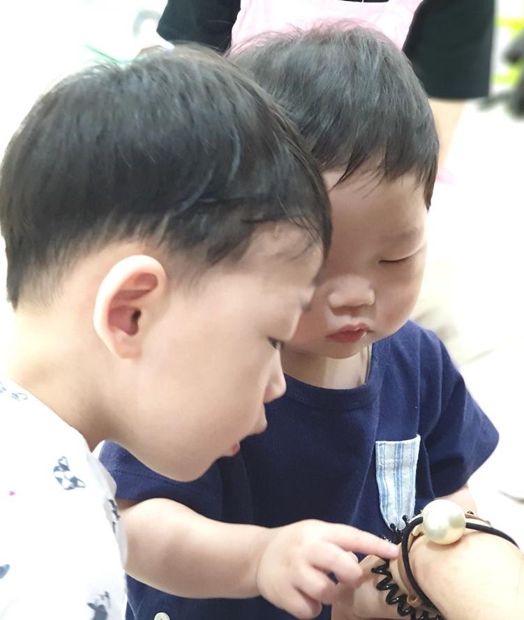 손목시계에 큰 관심을 보이는 임형제들.jpg